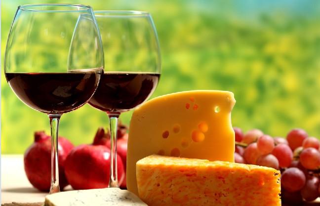 朗格多克与鲁西荣地区是全法国最炎热的地区,这里是典型的地中海气候,这里也是全法国最干燥的地区,气候很炎热但很适合葡萄生长。因此才能酿出如此丰富多彩的朗格多克葡萄酒。 最精彩的葡萄生长在干燥贫瘠的山坡和矮丘上面。区域的土质同样多样化,平原主要是多沙,砾石和河泥的沉积岩地形。多种葡萄品种共存,传统品种黑葡萄品种包括歌海娜,幕尔伟德,神索,西拉,佳丽酿,赤霞珠等品种,白葡萄品种主要是白歌海娜,霞多丽、长相思、马家婆(Macabeo)、莫札克(Mauzac)、白诗南,酿造甜酒的玫瑰香还有一些地区品种。 朗格多克葡
